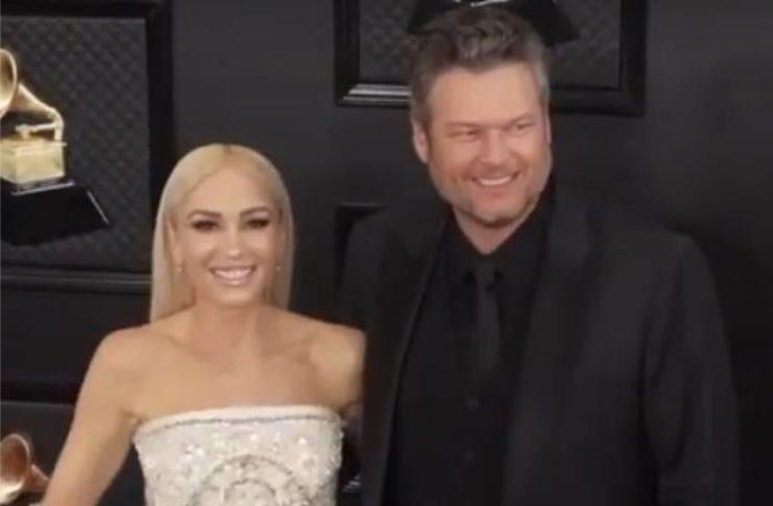Gwen Stefani manteniendo a Blake Shelton a raya rumor desacreditado