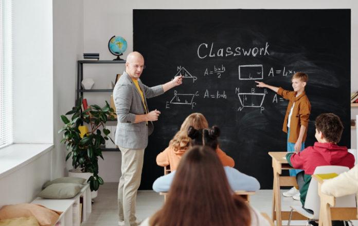 Nuestro estudio en China descubrió que los estudiantes con dificultades pueden derribar al resto de la clase
